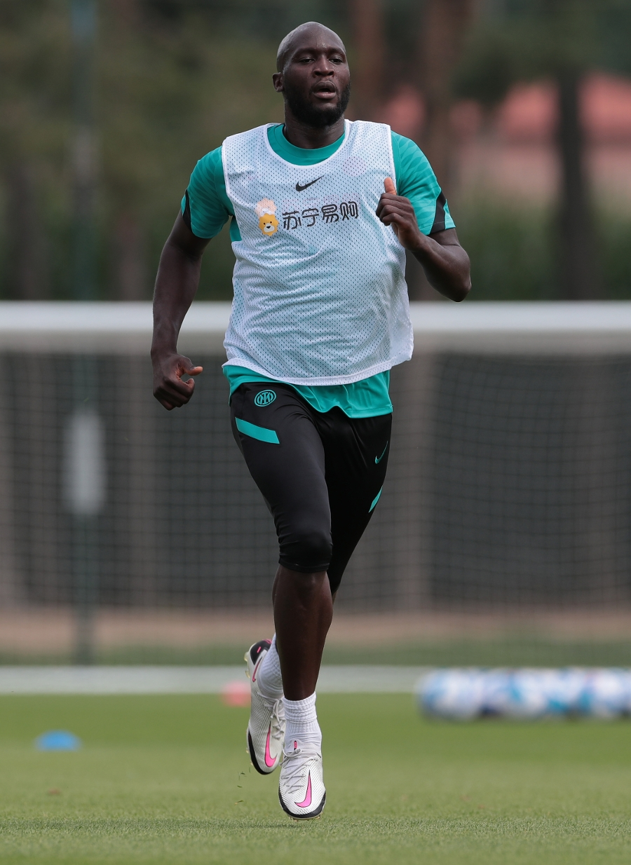 Running and ball work outside: Inter training continues